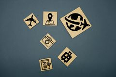 Sześciany Dices z podróż symbolami i niemieckim słowem dla podróży - Reise zdjęcia royalty free
