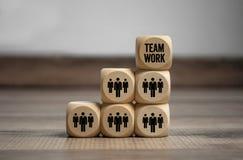 Sześciany i kostki do gry z pracownikami i pracą zespołową zdjęcia royalty free