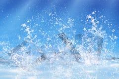 sześciany opuszczająca lodowa pluśnięcia woda Fotografia Stock