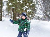 Sześcioletni chłopiec koszty pod śnieżną prysznic Obrazy Royalty Free