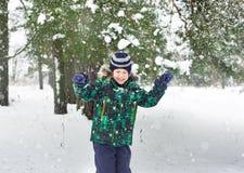 Sześcioletni chłopiec koszty pod śnieżną prysznic Zdjęcie Stock