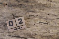 Sześcianu kalendarz dla marszu na drewnianym tle Obrazy Stock