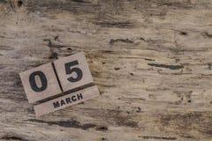 Sześcianu kalendarz dla marszu na drewnianym tle Zdjęcie Stock