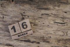 Sześcianu kalendarz dla marszu na drewnianym tle Zdjęcia Stock