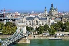 Szechenyi桥梁、Gresham宫殿和圣斯蒂芬的大教堂在布达佩斯 库存照片