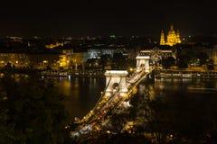 Szechenyi桥梁在布达佩斯匈牙利 在多瑙河的美丽的桥梁 在布达佩斯桥梁夜视图的最佳的桥梁  图库摄影