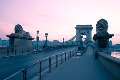 Szechenyi桥梁在布达佩斯匈牙利 美丽的多瑙河 被停泊的晚上端口船视图 库存图片