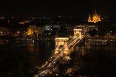 Szechenyi桥梁在布达佩斯匈牙利 美丽的多瑙河 被停泊的晚上端口船视图 免版税图库摄影