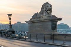Szechenyi桥梁在布达佩斯匈牙利 美丽的多瑙河 被停泊的晚上端口船视图 库存照片