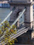 Szechenyi铁锁式桥梁一个接近的看法在多瑙河,布达佩斯,虎队的 免版税库存图片