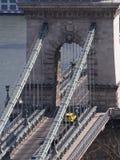 Szechenyi铁锁式桥梁一个接近的看法在多瑙河,布达佩斯,虎队的 免版税库存照片