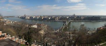 Szechenyi铁锁式桥梁全景在多瑙河,布达佩斯的, 图库摄影