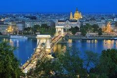 Szechenyi铁锁式桥梁和圣斯蒂芬的大教堂在布达佩斯 免版税库存图片