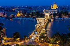 Szechenyi铁锁式桥梁和多瑙河晚上,布达佩斯 库存照片