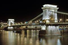 Szechenyi铁锁式桥梁在布达佩斯在晚上,匈牙利 免版税库存照片