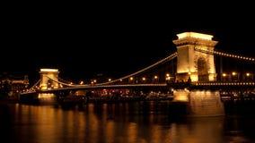 Szechenyi铁锁式桥梁在布达佩斯在晚上 免版税库存图片
