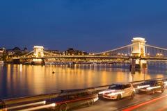 Szechenyi铁锁式桥梁在布达佩斯在晚上 库存照片