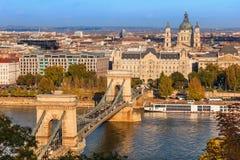 Szechenyi铁锁式桥梁的布达佩斯视图在多瑙河的 免版税库存照片