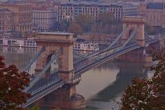 Szechenyi铁锁式桥梁 两个桥梁布达佩斯资本链市多瑙河匈牙利地标位于多数老一条卓越的河端 免版税库存照片