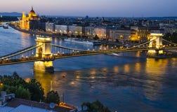 Szechenyi链子或Lanchid桥梁在夜,布达佩斯 免版税库存图片