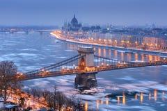 Szechenyi łańcuszkowy most i Budapest widok w zimy nocy obrazy royalty free