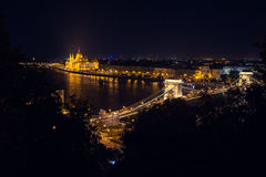 Szechenyi-Brücke in Budapest Ungarn Die schöne Donau die Lieferung verankerte im Kanal stockfotografie