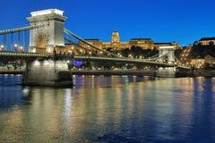 Szechenyi Chain bro och Royal Palace i Budapest på aftonen Royaltyfri Fotografi