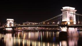 Szechenyi kedjar fast Bridgeת på natten, Budapest, Ungern Arkivfoton