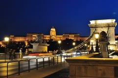 Szechenyi Kettenbrücke und Buda ziehen sich nachts zurück Lizenzfreie Stockfotos