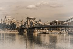 Szechenyi Lanchid Chai bro budapest hungary Beskåda från kust arkivfoto