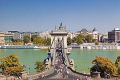 Szechenyi most w Budapest na wakacje i ludziach chodzi na moscie, Fotografia Royalty Free