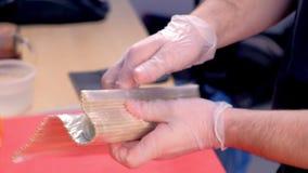 Szefów kuchni kucharzów rolki z bambus matą Ręki zakończenie zdjęcie wideo