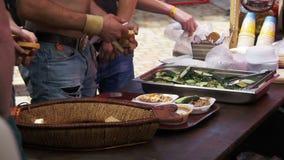 Szefów kuchni buble Przygotowywający Jeść Przygotowanego jedzenie przy Ulicznym rynkiem na grilla przyjęciu swobodny ruch zbiory wideo