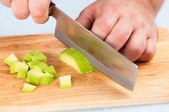 Szefów kuchni cięć obrany avocado Fotografia Stock