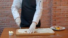 Szefów kuchni hads pokrajać ciasto ciąć na arkusze z rolkowym nożem Obraz Stock