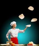 Szefów kuchni kawałków pizzy żongluje ciasto zdjęcie royalty free