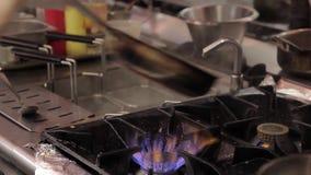 Szefów kuchni kucharzi bekonowi w smażyć nieckę na benzynowym płomieniu w kuchni restauracja zbiory wideo