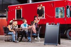 Szefów kuchni serw pizza od jedzenie ciężarówki fotografia stock