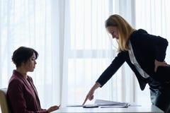 Szef łaja pracownik biznesowej kobiety reproof obraz royalty free