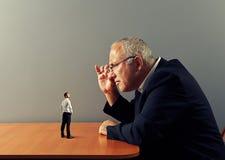 Szef considering nowego pracownika zdjęcie stock
