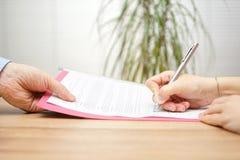 Szef daje pracownik dymisi kontraktowi podpisywać obrazy stock