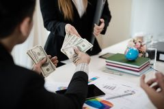 Szef daje premii żeński pracownik który pracował dobrze Com fotografia royalty free