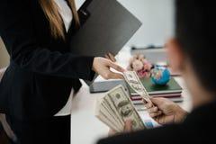 Szef daje premii żeński pracownik który pracował dobrze Com zdjęcia royalty free