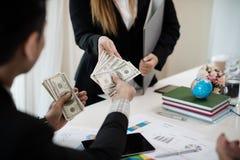 Szef daje premii żeński pracownik który pracował dobrze Com obraz royalty free