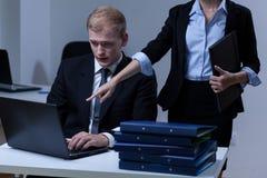 Szef dowodzi jego pracownika fotografia stock