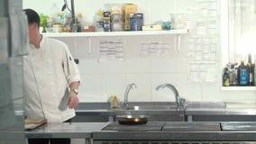 Szef gotuje ryba w restauraci zbiory
