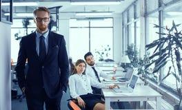 Szef i koledzy w biurze zdjęcia stock
