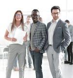 Szef i pracownicy firmy pozycja w biurze obraz stock