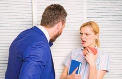 Szef i pracownik dyskutujemy pracującego plan Uprzedzenia i ogłoszenia towarzyskiego postawa pracownik Biurowy bełta pojęcie fotografia royalty free
