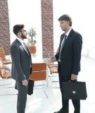 Szef i pracownik firma opowiadamy w biurze fotografia royalty free